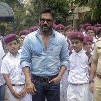 Sunil Shetty spreads awareness on using helmet photos | Picture 1078168